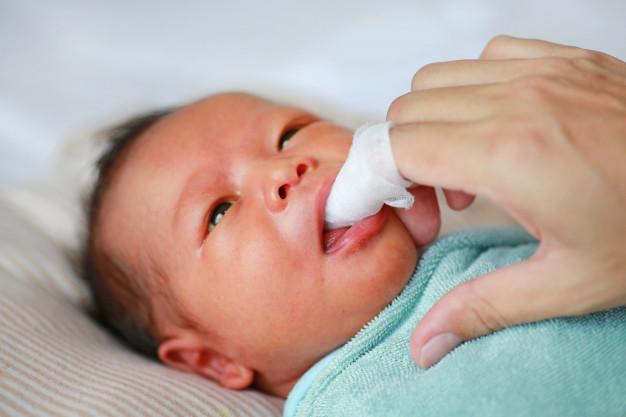 higiena dziąseł niemowlaka